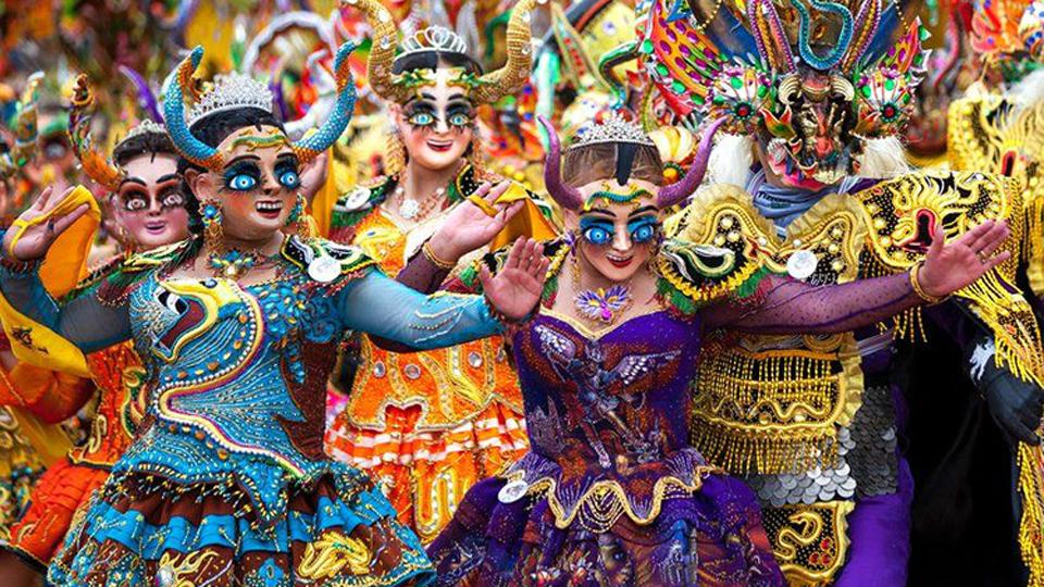 Bailarines bolivianos fusionan arte y fe en Carnaval de Oruro 2018