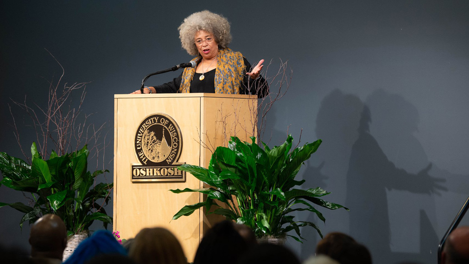 """Angela Davis brings the message of """"abolitionist feminism"""" to Wisconsin"""