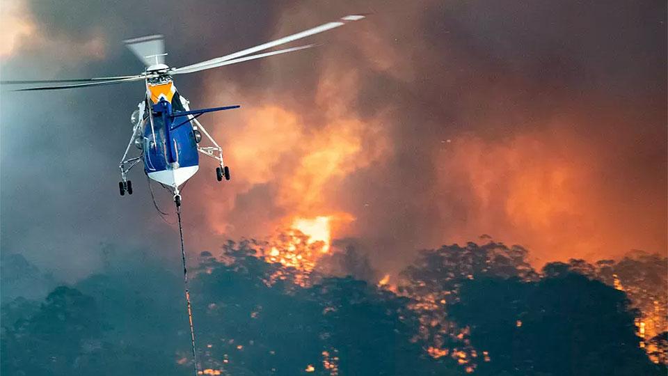 Australia lleva ayuda por mar a pueblos aislados por fuegos