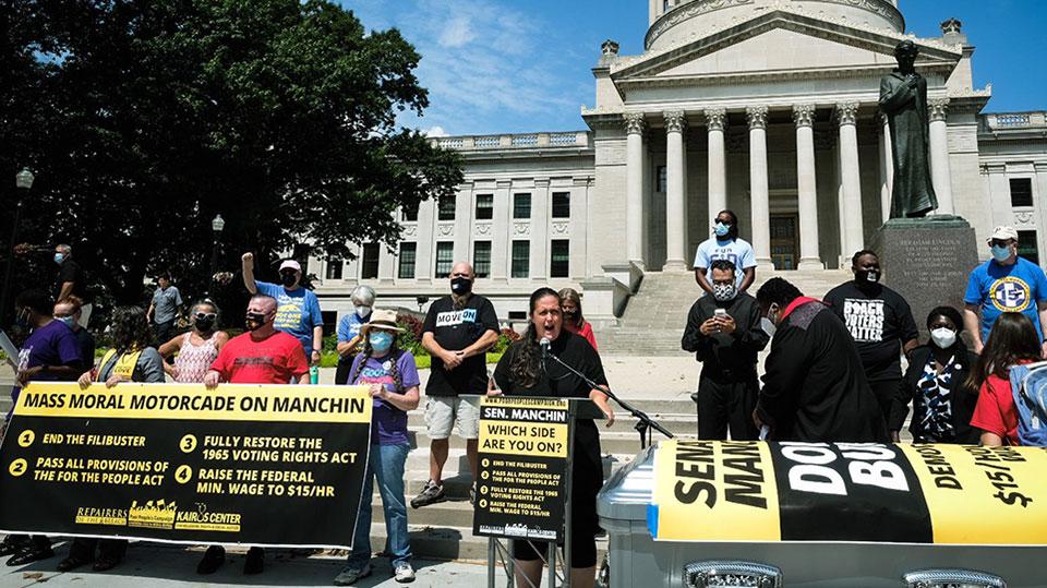 Caravana moral masiva en Manchin  presiona al senador de la WVa